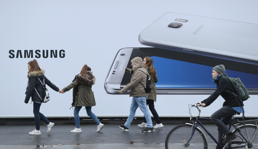 BERLIN, GERMANY - NOVEMBER 01:  People walk past an advertisement for the Samsung Galaxy S7 Edge smartphone on November 1, 2016 in Berlin, Germany. Samsung is continuing to grapple with the crisis of its Galaxy Note 7 smartphone catching fire. Co-CEO Kwon Oh-hyun said today he sees the crisis as a catalyst to propel the company towards a fresh start.  (Photo by Sean Gallup/Getty Images)